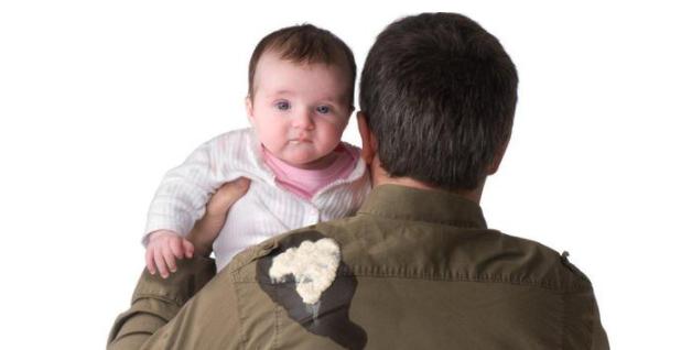 宝宝吐奶时呛奶了怎么办 预防宝宝吐奶的小妙招2019